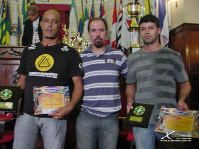 Professor da equipe Gracie ao lado de Pedro Castilho e Valdemar.