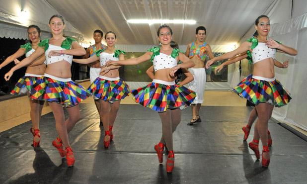 """A elegância da coreografia """"Forró na Ponta"""", com o corpo de baile da Daumas Academia, que se apresentou no evento"""