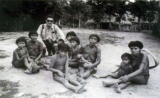 Jean em inicio de carreira com os índios Ianomamis na Amazônia brasileira