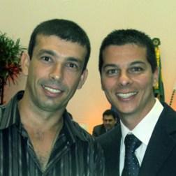 O 1º secretário Rafael com o homenageado Leandro Mattos