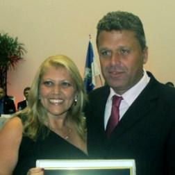 O presidente Vinicius com a homenageada Silvia Vignoli