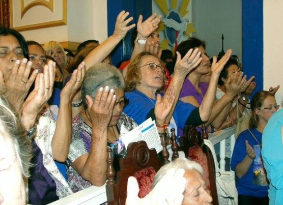 A fé refletida nas mãos dos devotos na Igreja Matriz se repetiu muitas vezes, na festa que se iniciou em 1630