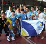 Time do Cenecista comemora a vitória com a bandeira da escola. (Foto:Julio Cesar Cruz/ SECOM PMS)