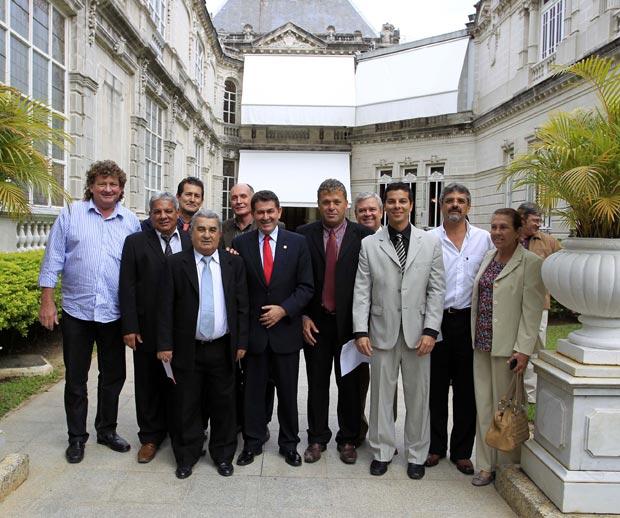 Paulo Melo no Palácio Laranjeiras, durante o período em que foi governador, rodeado  de amigos e vereadores de Saquarema, sua cidade natal e reduto político. (Foto: Divulgação)
