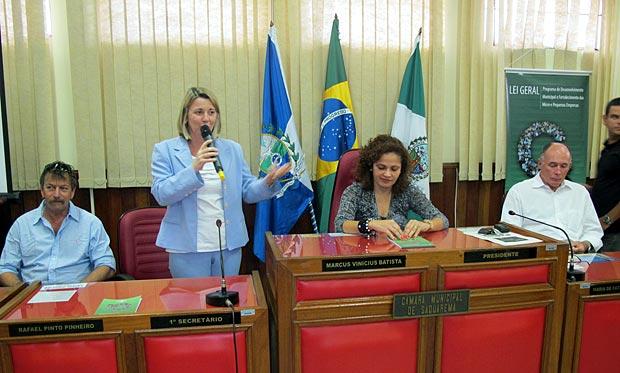 A representante do SEBRAE ao lado das autoridades municipais na Câmara. (Fotos: Edimilson Soares)