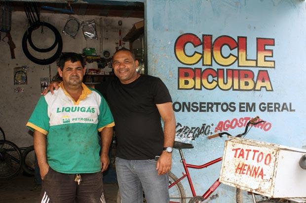 Augustinho do Cicle da Bicuíba e o vereador Kinho, durante os trabalhos realizados no bairro. (Foto: Antonio Carlos Azevedo)
