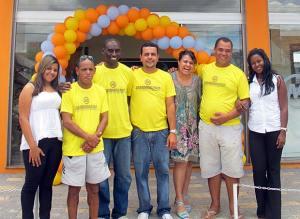 O casal Mazinho e Ana Paula com os funcionários na inauguração