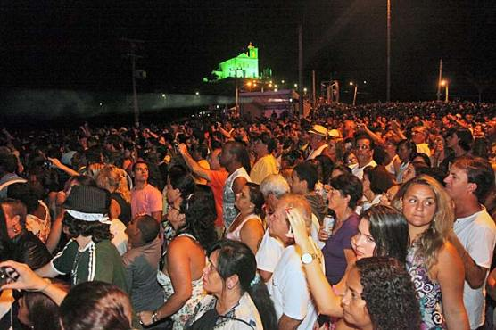 A vibração do público tendo ao fundo a Igreja de N. Srª de Nazareth