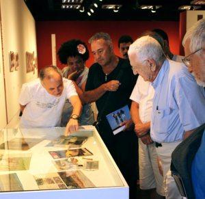 Jean Solari à direita, junto ao público na exposição da Caixa Cultural Rio de Janeiro. (Divulgação)