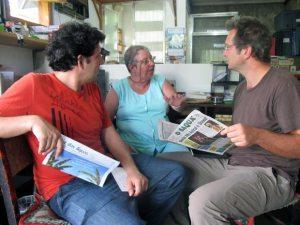 Os dois correspondentes do jornal  Le Monde na redação do jornal O Saquá.  A matéria foi publicada no jornal francês  no dia 3 de fevereiro. (Foto: Edimilson Soares)