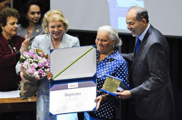 Os senadores Marta Suplicy e Inácio Arruda entregando o prêmio a Maria Prestes. Foto: Agência Senado