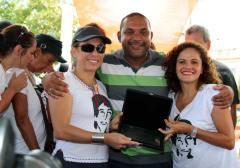 Cissa Guimarães recebe do vereador Kinho e da prefeita Franciane Motta uma placa de recordação e homenagem a Rafael Mascarenhas