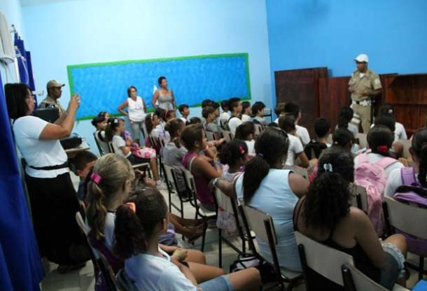 A Guarda Municipal realizou palestras de prevenção às drogas e transmitiu conceitos de cidadania aos jovens no Porto da Roça.