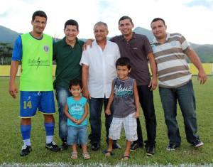 Lourival Gomes com os filhos Rômulo, Ronan, Roger e Ruan e os netos Kauam e Kaique