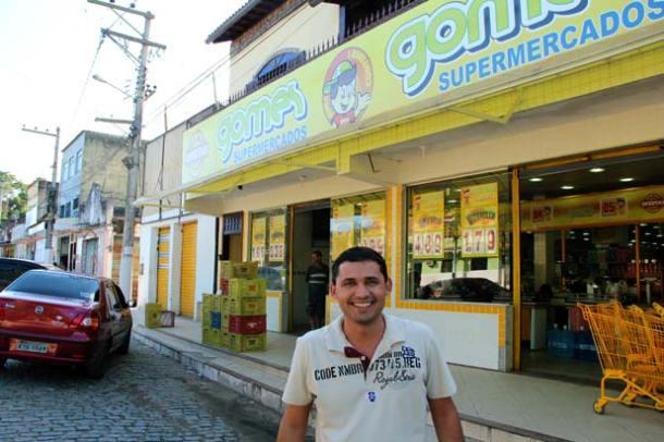 O jovem empresário Roger, filho de Lourival Gomes, em frente ao Supermercado da família, em Sampaio Corrêa, Terceiro Distrito de Saquarema.