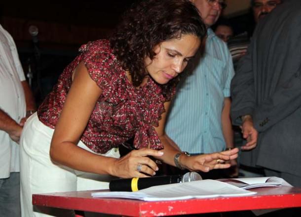 Prefeita Franciane Motta assina o Plano de Cargos e Salários, durante reunião com servidores no Pedacinho do Céu. (Foto: Edimilson Soares)