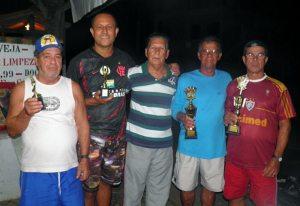À esquerda, Hélio e Waltão, vices do torneio, e, à direita, os campeões Helio Sapo e Jamil. No meio, o presidente da Lisca Gilson Gomes