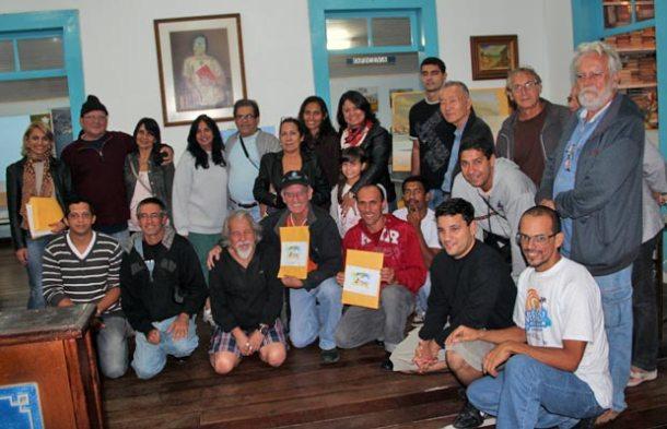Os participantes da gincana de pintura, os artistas premiados, a secretária Ana Paula e o pintor Nelsinho. (Foto: Divulgação)