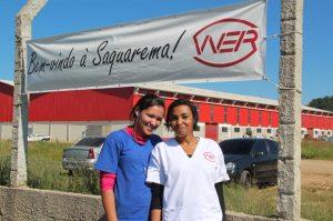 Daniela, 19 anos e Patrícia, 31, nascidas em Sampaio Corrêa, já estão trabalhando no Polo Industrial, na empresa WER, que fabrica embalagens descartáveis para os lanches da TAM