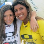 Carol Bonelli e Kayane Reis, dobradinha saquaremense no pódio do Campeonato Oakley Sub14. (Foto: Stephanie Saaýs)
