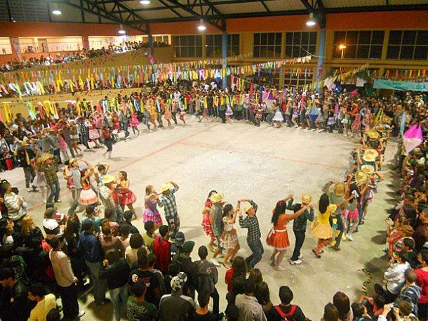"""O espaço físico da escola permitiu que a quadrilha fizesse uma belíssima apresentação para os presentes, que lotaram o """"Arraiá do Gonzagão"""". (Foto: Divulgação)"""