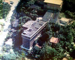 A fábrica em Maria Paula, em São Gonçalo,  com a fachada em vidro, cercada de árvores. (Foto: Divulgação / Arquivo Desk)