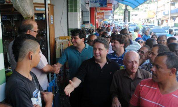 Pedro Ricardo e Garotinho cercados de populares em caminhada em Bacaxá. (Foto: Agnelo Quintela)