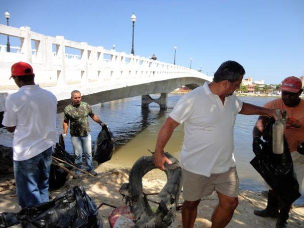 A equipe de voluntários recolheu todo tipo de lixo nas margens e dentro da lagoa. (Fotos: Secretaria Municipal de Agricultura, Abastecimento e Pesca)