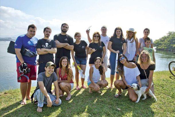 Equipe do Instituto Sea Shepherd, membros da Moita's Adventures, de ecoturismo local, com a comunidade juntos pela limpeza da lagoa. (Fotos: Claudio Paschoa)