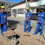Dentre as muitas fases da obra, operários estão trabalhando na Rua 96 na colocação da tubulação que conduzirá a água pelo bairro. (Foto: Dulce Tupy)