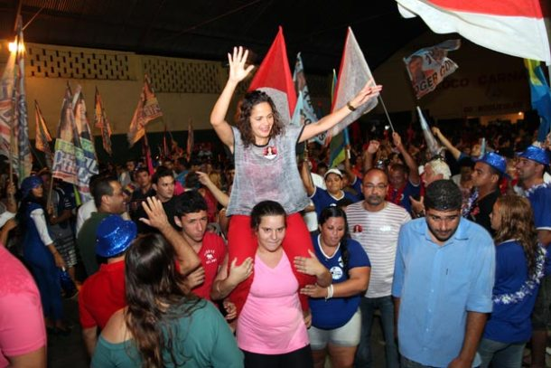 Franciane é carregada nos ombros por uma mulher no comício realizado no Boqueirão. (Foto: Agnelo Quintela)