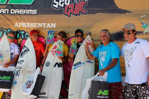 Surfistas duplamente felizes pelas conquistas e por receberem a presença do ilustre veterano Maraca. (Foto: FESERJ/Monteiro)