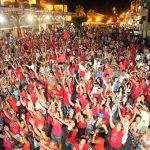 Os eleitores entram no clima da vitória e lotam a rua do terminal em Bacaxá. (Foto: Waldo Siqueira)
