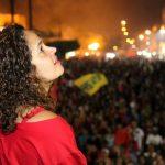 Reeleita para o seu segundo mandato, a prefeita Franciane olha os fogos na festa da vitória. (Foto: Waldo Siqueira)