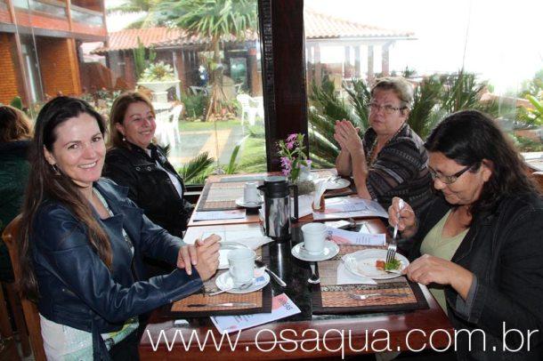 Andreia (primeira à esquerda) em recente evento social no Hotel Maasai, em Itaúna. (Foto: Edimilson Soares)