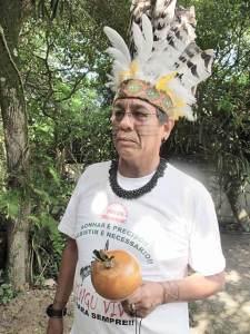 Chico Guarani, pintado e com cocar indígena, antes de dar uma entrevista, no quintal do jornal O Saquá, em Barra Nova, Saquarema. Foto: Divulgação)