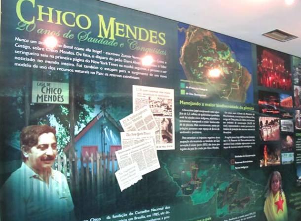 Painel sobre Chico Mendes na Biblioteca da Floresta, em Rio Branco, capital do Acre, onde o líder seringueiro continua sendo um herói. (Foto: Dulce Tupy)