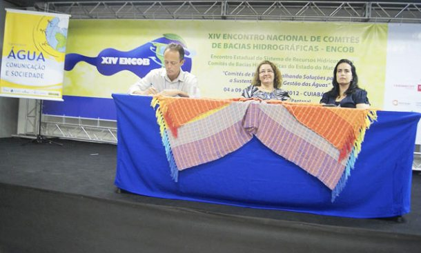 Victor Sucupira, da ANA, Leonice Lotufo, da Secretaria de Meio Ambiente do Mato Grosso, e a jornalista Claudia Gaigher, da TV Morena, afiliada da Rede  Globo, do Mato Grosso do Sul. (Foto: Michele Maria)