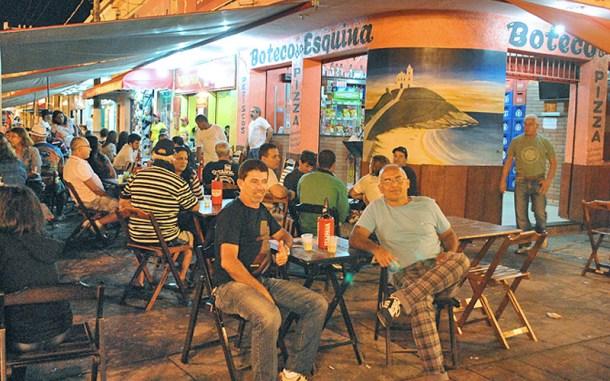 No Calçadão da Vila, no centro de Saquarema, o Boteco da Esquina é um dos pontos mais adalados