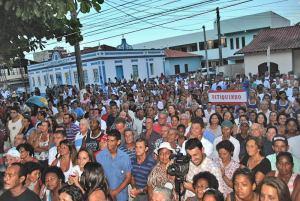 A cerimônia de posse na escadaria da Prefeitura mobilizou centenas de populares que lotaram a Rua Coronel Madureira