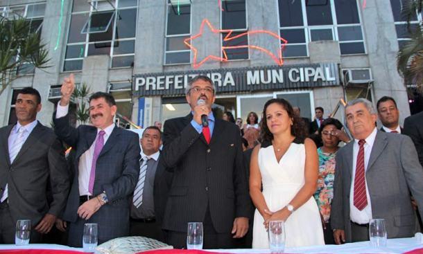 Vereador Kilinho, vice-presidente da Câmara, deputado Paulo Melo, presidente da Assembleia Legistativa, Paulo Renato, presidente da Câmara de Saquarema, a prefeita Franciane e o vice Zequinha na cerimônia de posse