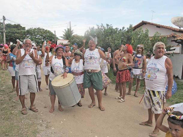 Em Barra Nova, Bate Mal juntou com a bateria do Estamos a Bordo e homenageou a aniversariante Dolores (foto: Dulce Tupy)