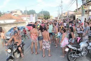 O tradicional Bloco das Piranhas na Rua Pereira, em Bacaxá, impedido de sair apesar de constar na publicação oficial da prefeitura (foto: Edimilson Soares)
