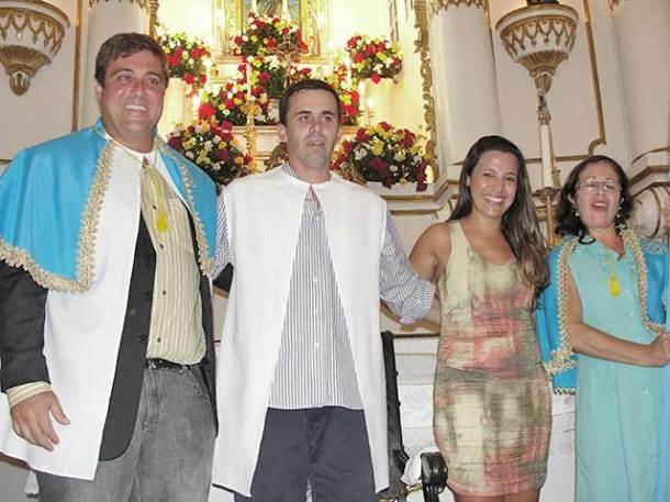 Os novos festeiros Climo e Neinha  com os ex-festeiros Hudson e Márcia (foto: Paulo Lulo)