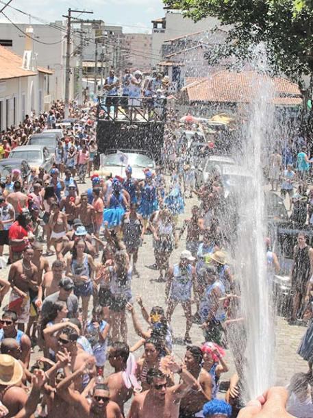 Caminhão pipa refrescando os foliões do Saquabloco (foto: Paulo Lulo)