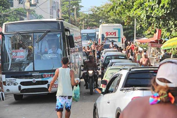 O grande engarrafamento na esquina da Praia de Jaconé com a Rua 96 impediu a circulação dos veículos (foto: Edimilson Soares)