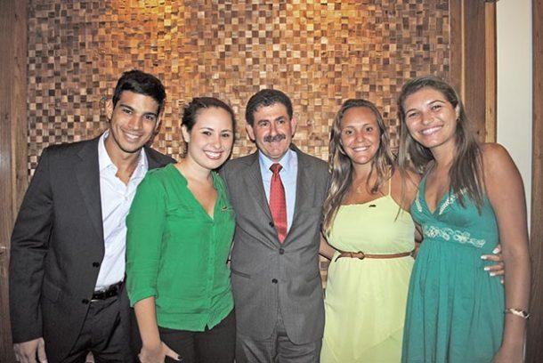 Pitiquinho e o deputado Paulo Melo com a presidente e a vice recém-eleitas da Juventude  do PMDB e a suplente de vereadora Tati Chagas, da Juventude do PMDB  de Saquarema, presidido pelo vereador Pitiquinho (Foto: Julio César Cruz)