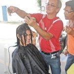 Dentre as atrações no calçadão de Bacaxá, um up no visual com direito a corte de cabelo gratuito (Foto: Agnelo Quintela)