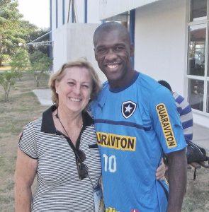 O Botafogo, com Seedorf, tem treinado no Centro do Vôlei, em Saquarema, onde tem recebido  o afeto das fãs (Foto: Climo Júnior)