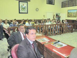 Vereadores Rodrigo Borges e Matheus da Colônia atentos à explanação, que também despertou o interesse de todos (Foto: Edimilson Soares)